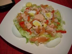 ensalada de salmón con salsa rosa
