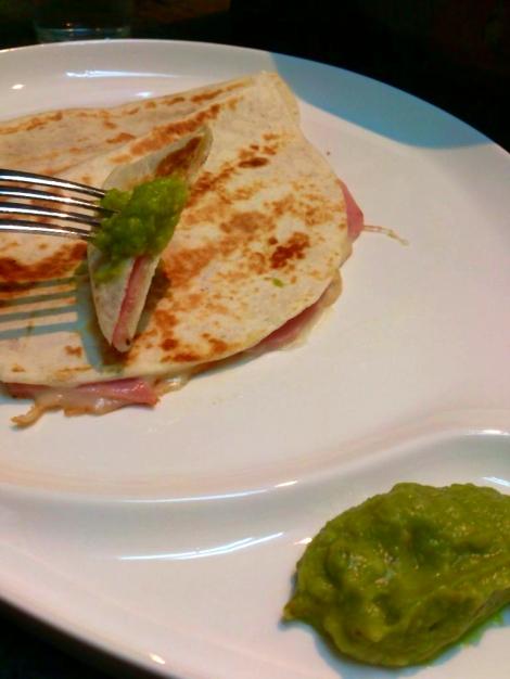 la tortilas mejicanas de jamón queso y guacamole
